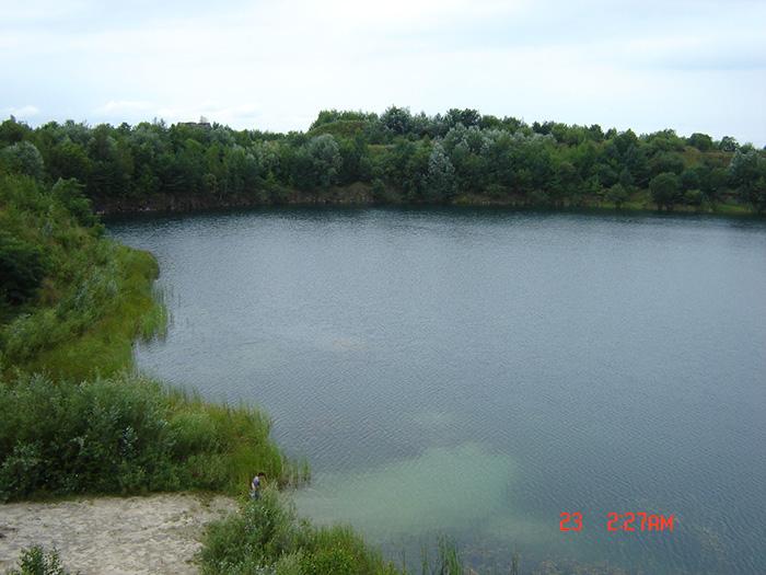 Озеро в затопленном карьере